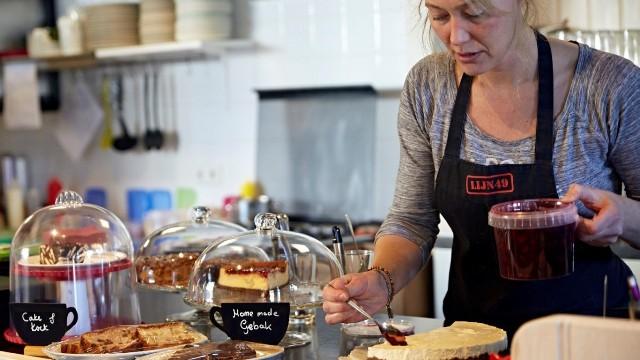 Gastvrouw Gerrie maakt een taart